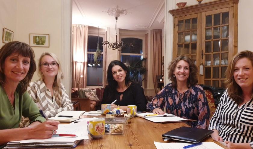 Een aantal leden van het bestuur Women in Business Oudewater met in het midden succesvol zakenvrouw Laura Bellai. (Foto: PR)