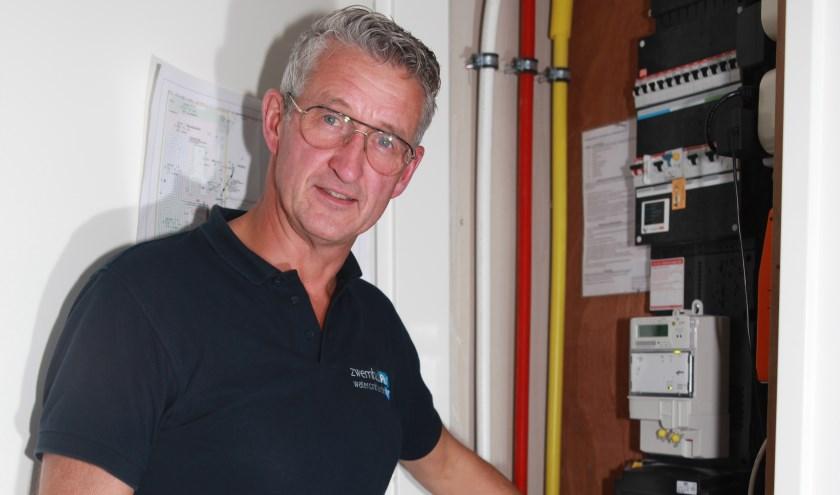 Frank Oude Elberink van WaterontharderPlus plaatst de waterontharder zelf.