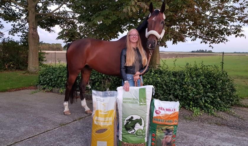 Denise van de Panne is naast geoefend paardrijdster nu ook onderneemster. Vanuit Scharendijke verkoopt ze voer voor paarden, honden en katten.