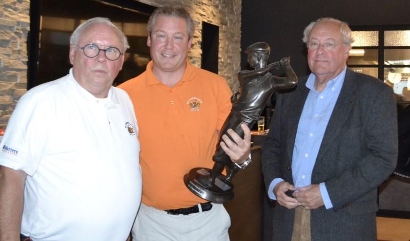 Organisator Rob Mutters, overall winnaar Jan-Willem Versluis en voorzitter Joop Vermeulen