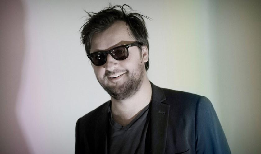 Filip Markiewicz komt voor zijn eerste soloshow in Nederland met een nieuwe installatie waarin theater, video en schilderijen in elkaar overvloeien.