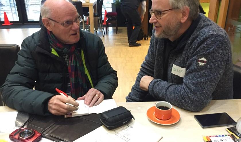 energie-ambassadeur in gesprek met bezoeker