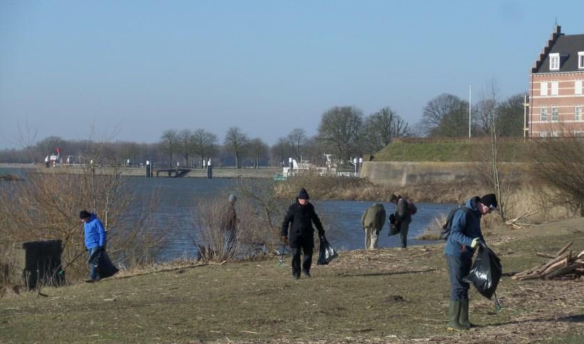 De schoonmaakactie vorig jaar in de Woelse Waard leverde een berg zwerfafval op, hoofdzakelijk plastic. (Foto Piet Gerssen)