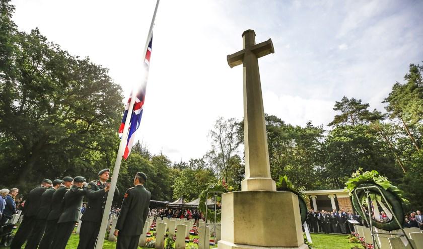 Bij het hijsen van de Engelse nationale vlag viel er een doodse stilte op de begraafplaats.