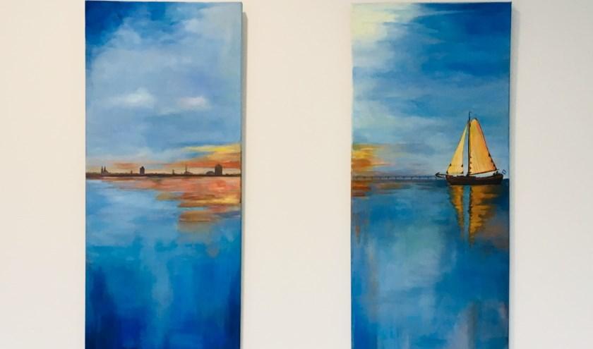 Een zeegezicht met op de achtergrond Zierikzee en de zeelandbrug