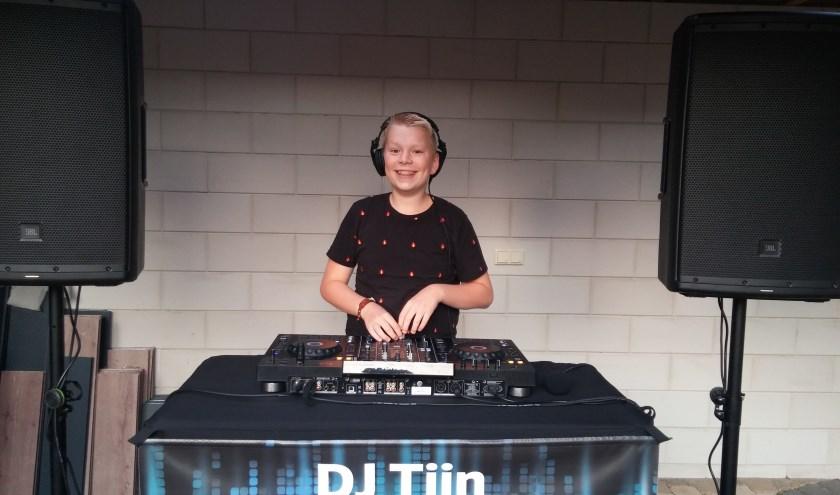 Zet DJ Tijn achter de knoppen en het feest kan beginnen. Dankzij cursussen en een meeloopdag bij DJ Galaga blijft de jonge dj doorgroeien.