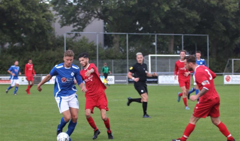 FC Drunen, in rood tenue, kon niet mee in het tempo van Nieuwkuijk, dat via een zevenklapper royaal won van de twee klassen lager uitkomende opponent uit Drunen-West. Foto: Wout Pluijmert