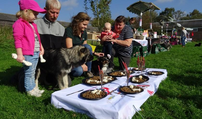 Het gesponsorde hondenbuffet was twee jaar geleden een groot succes. Ook dit jaar mogen honden weer gratis aanschuiven.