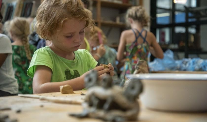 Thema dit keer is 'Feestbeest'en de kleintjes gaan aan de slag in de beeldende ateliers.