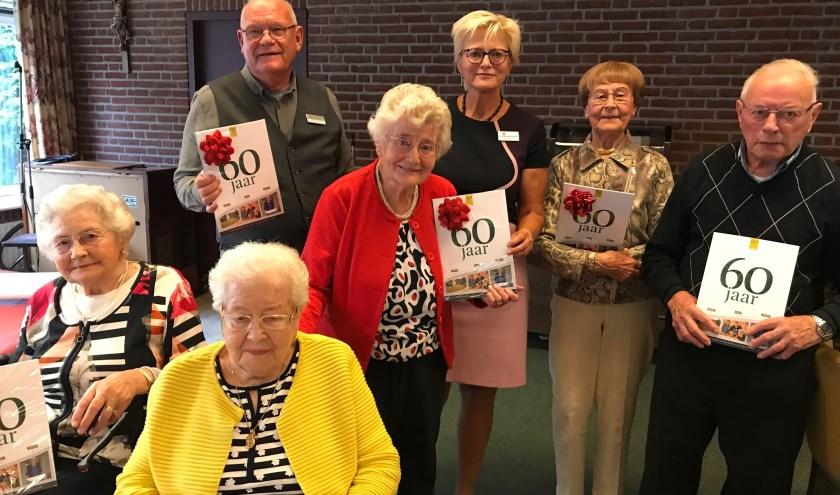 Het jubileum van Zorgfederatie Oldenzaal is natuurlijk met de bewoners gevierd. Zij kregen allemaal een exemplaar van de speciale uitgave.