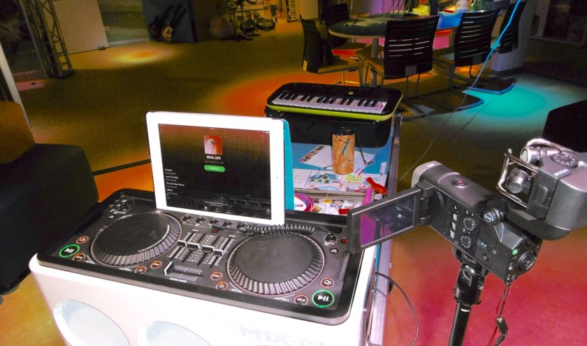 Patiëntjes kunnen voortaan op hun kamer een echte dj-mix maken met de dj-set op de muziektrolley. De set is gekocht met de donatie van Miriam en Erik.
