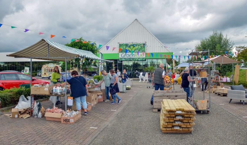 De eerste Parking Sale bij Tuincentrum GroenRijk aan de Willeskop trok zowel vrijdag als zaterdag veel bezoekers. Waar mogelijk wordt dit een jaarlijks evenement. (Foto: Paul van den Dungen)