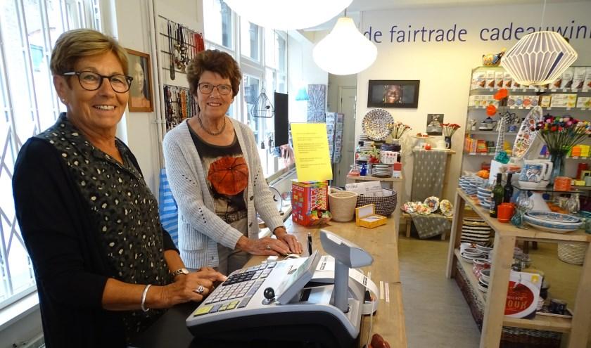 Gijke de Wit en Riet Sangers zijn vrijwilligers van het eerste uur bij de Wereldwinkel Oudewater. (Foto: Margreet Nagtegaal)