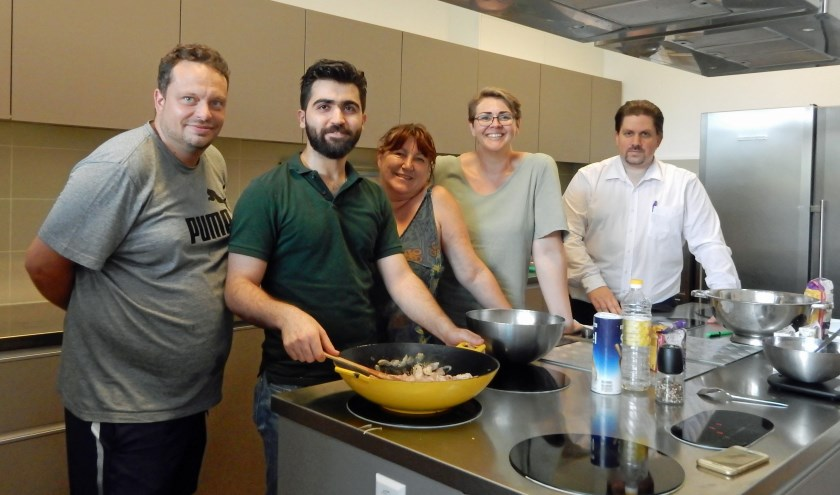 De koks Vincent en Khaled en medewerkers Desire, Jolanda en John in de keuken van Ontmoetingscentrum Vollenhove waar iedere werkdag gekookt wordt voor Zeistenaren. Foto: Asta Diepen Stöpler