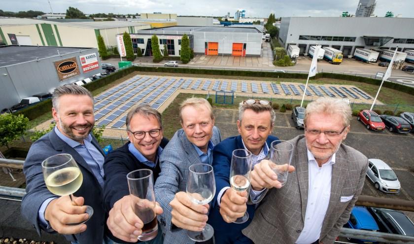 Wethouder Brink, rechts, heeft de zonne-installatie op het dak van één van de Tielse ondernemers geopend. (foto: Jan Bouwhuis)