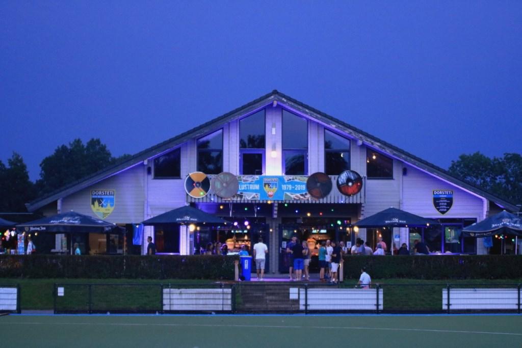 Viking village (Dorsteti clubhuis) bij avond.  Anita van Kooten Niekerk Fotografie © DPG Media