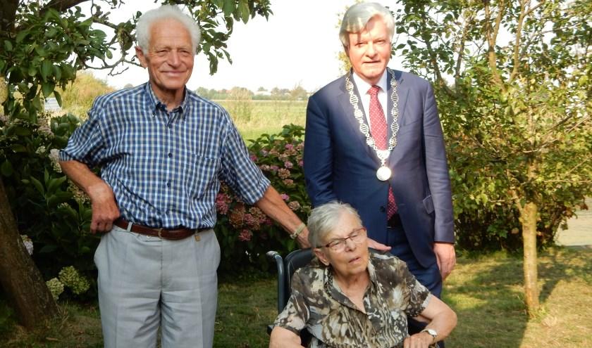 Burgemeester Frans Buijserd op bezoek bij Dammes van der Vlugt en Leny van der Vlugt Molkenboer. Foto: José Vlug