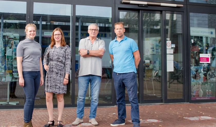 Van links af Naomi Hartkamp en Sanja Zijlstra van JobHulpMaatje/Voor Elkaar Zwolle, Henk Bartels van het Digitaal Servicepunt Holtenbroek, en Barry Nijenhuis van JobHulpMaatje/Voor Elkaar Zwolle.