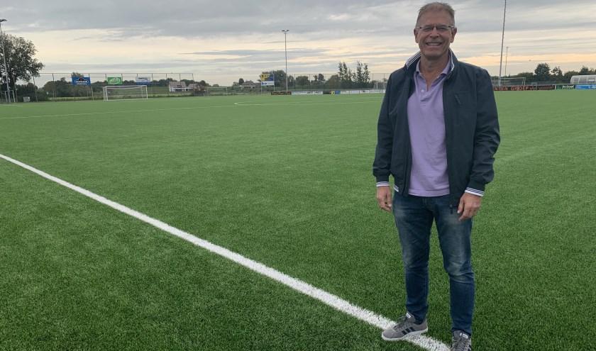 De penningmeester van BZS, Luc Frantzen, bij het kunstgrasveld waar op 12 oktober 2019 de oud-profs van FC de Rebellen aantreden tegen de beste voetballers uit Beusichem en omstreken. (foto: Dirk Immink)