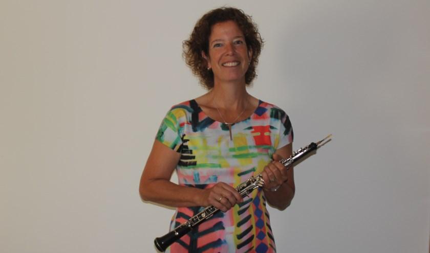 Soliste Trudi Bos speelt in de Suite nr. 2 h-Moll voor fluit, strijkers en basso continuo (BWV 1067) van Johann Sebastian Bach.