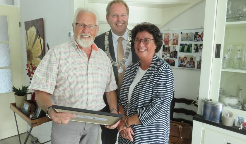 Piet en Grace hebben zojuist hun bijzondere cadeau ontvangen; hun trouwakte als gewaarmerkte kopie. Tekst en foto: John Beringen