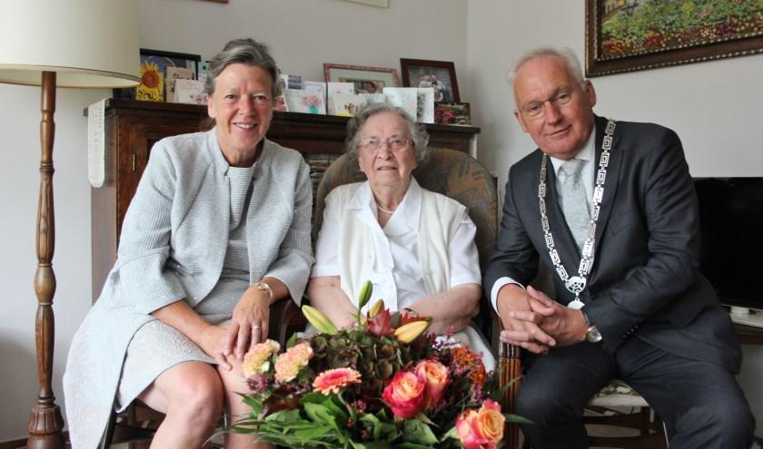 Het bezoek door het burgemeesterspaar werd door de jarige bijzonder op prijs gesteld. (Foto: Ria Scholten)
