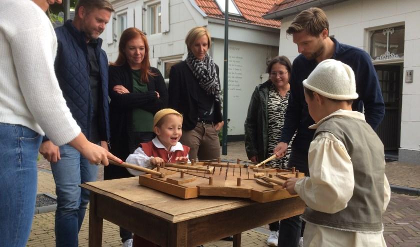 Pim en Joep bij een oud-Hollands bordspel, geflankeerd door Francine, Roy, Susan, Kim, Suzanne en Julian. (Foto: PR Slag om Grolle)