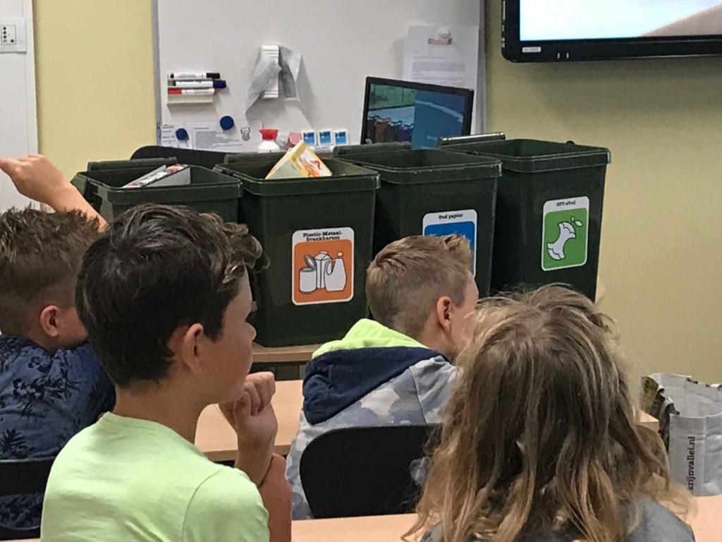 Geconcentreerd luisteren de leerlingen naar afvalcoach Flip  © DPG Media