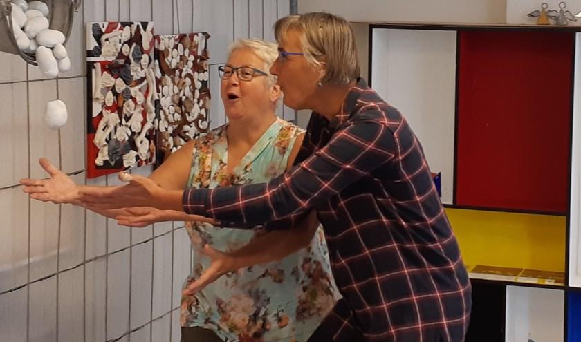 Keramist Gerry Raaijmakers (links) en Elsbeth Fokker, die mozaïeken en ook keramiek maakt. Glaskunstenaar Roger Franke exposeert samen met hen bij Ruw'Art. Alle drie hebben ze een atelier in @Paulus.