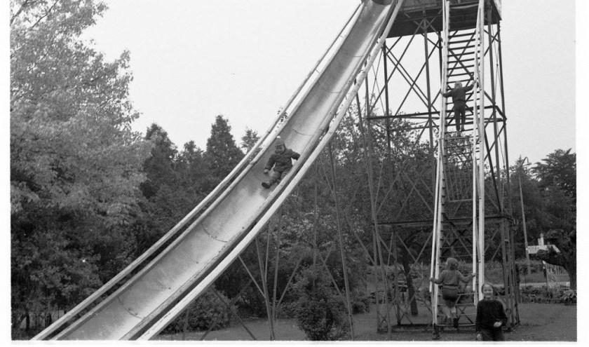 De glijbaan in speeltuin 't Noorden in vroeger jaren.