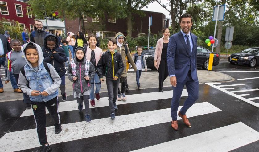 De verkeersveilige zone werd verleden week in het bijzijn van kinderen, ouders en schoolmedewerkers, feestelijk geopend door wethouder Robert van Asten.