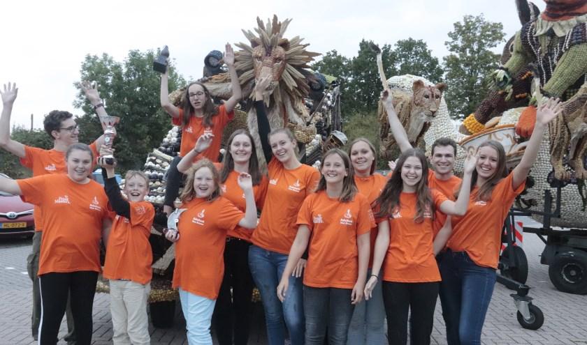 Op de foto de jeugd van corsoclub Culemborg toont trots de bekers en de bronzen peer van het Tielse oogstcorso. (foto: Theo van Dam)