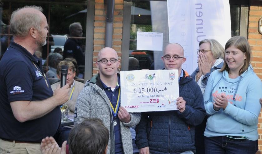 Lionsclubpresident Caspar Rutten reikt de cheque uit