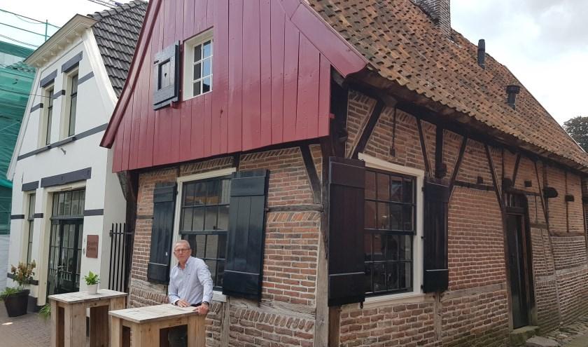 Henk te West voor de buitengewoon mooie panden 2c en 4 in de Bossesteeg. Een verrassend leuk 'binnendoor straatje.'