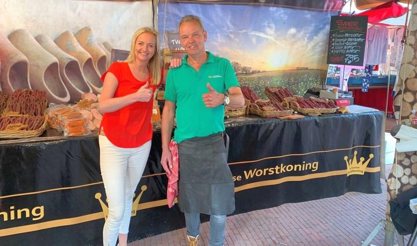 Juliëtte Vrijhoeven van Woonboulevard Almelo en Theo in het Veld van de Twentse Worstenkoning.