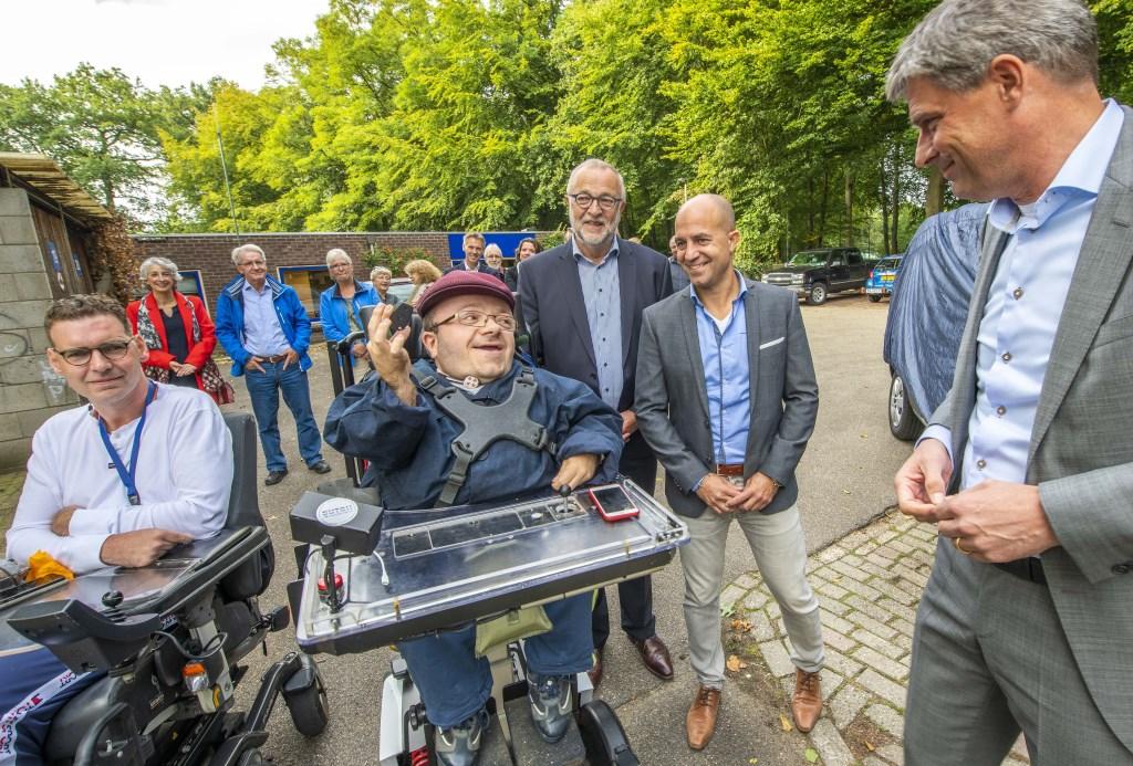 Wethouder Van der Zee overhandigt symbolisch de sleutel van de elektrische Zonnebloemauto aan Tim Kroesbergen.  © DPG Media