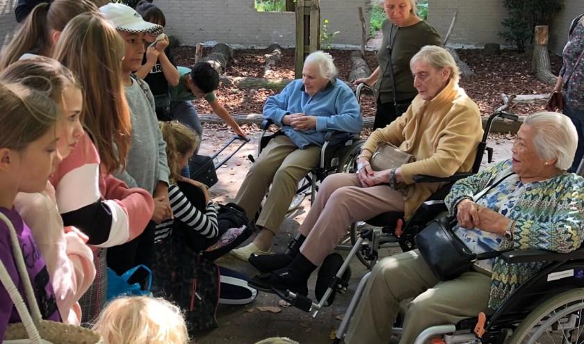 leerlingen in gesprek met de ouderen