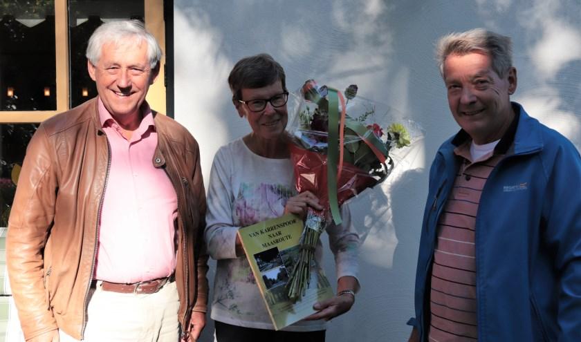 Op de foto mevrouw Tonnie Hesselberth tussen voorzitter Adrie Verboord (links) en vicevoorzitter Gini van Wijk. Foto: Ad Hartjes
