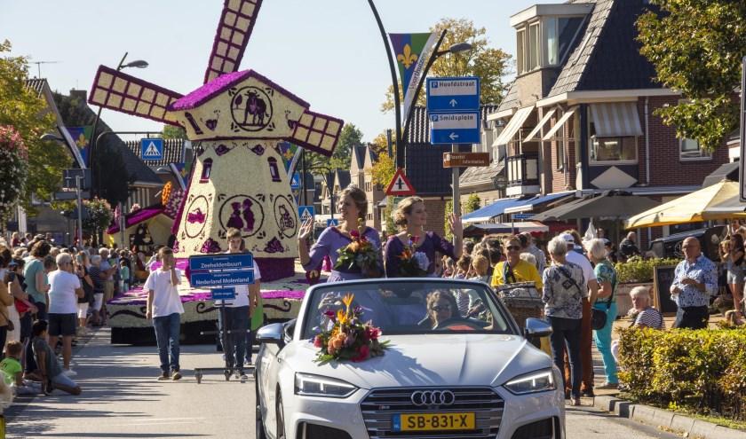 Op de achtergrond winnaar praalwagen 'Nederland Molenland'