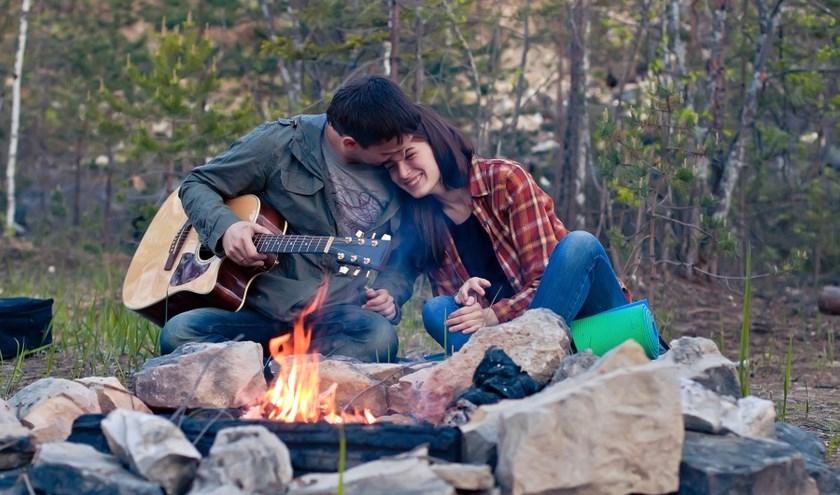 Zelfs een korte cursus 'gitaar bij het kampvuur' is mogelijk bij Kaliber Kunstenschool.