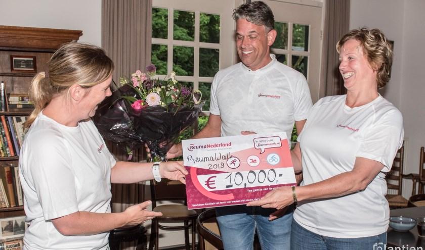 De organisator overhandigt symbolisch een cheque van 10.000 euro aan Reuma Nederland.