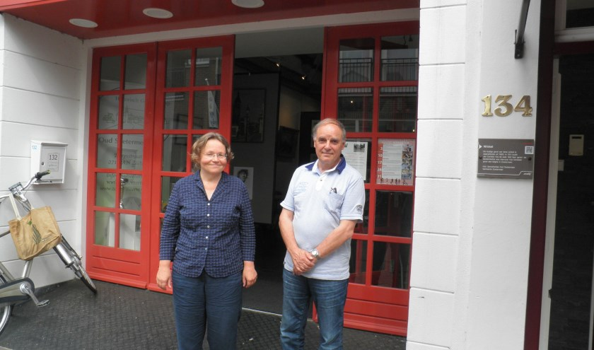 Karen Kranen en Paul Schoenmakers van Historisch Genootschap Oud Soetermeer samenstellers van Monumentendag Zoetermeer. Foto Kees van Rongen