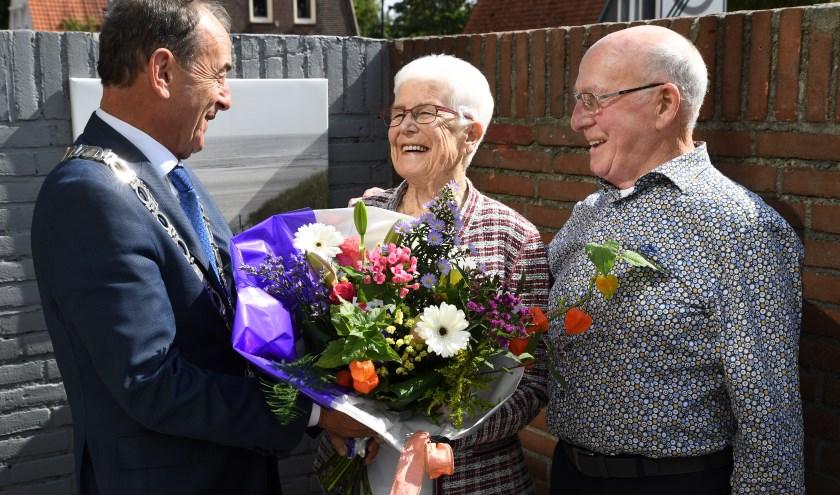 De burgemeester feliciteert het diamanten bruidspaar met hun 60-jarig huwelijk.
