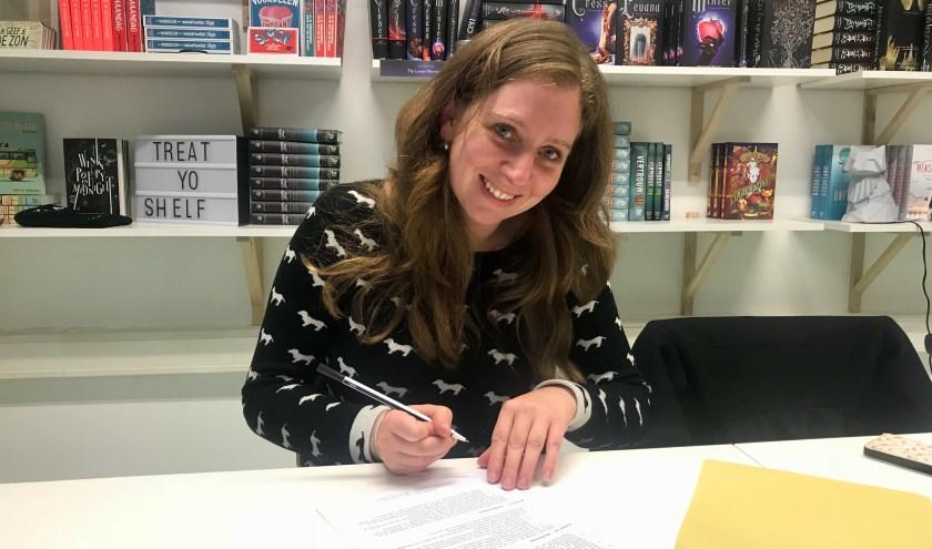 Deventerse schrijfster Carlie van Tongeren tekent boekcontract