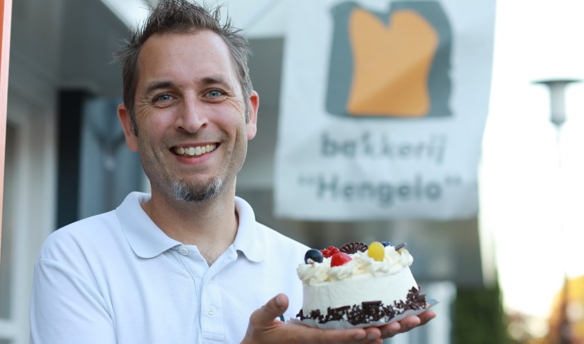 """""""De zorgmedewerkers maken de basis van deze taart, ik verzorg de afwerking."""" (foto: Feikje Breimer)"""
