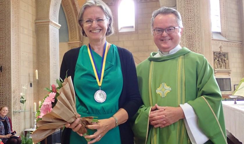 Willien van Wieringen kreeg als dank de Nicolaaspenning uitgereikt door pastoor Jaap van der Bie.