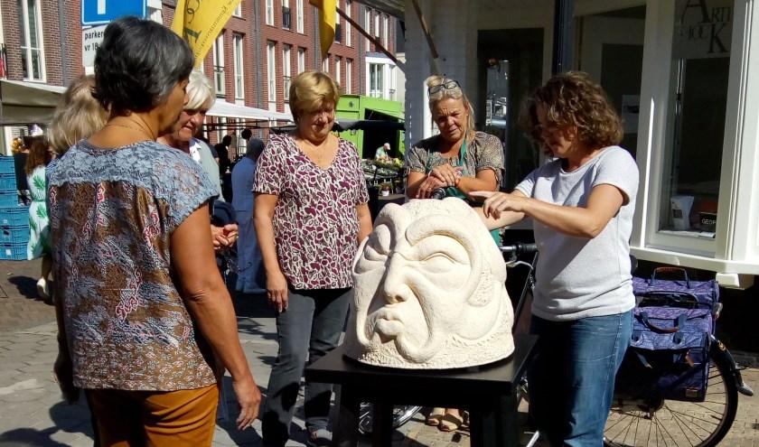 Deelnemers aan de boetseerworkshop van Riëlle Beekmans gingen uit van het thema 'Janus: een hoofd twee gezichten'.