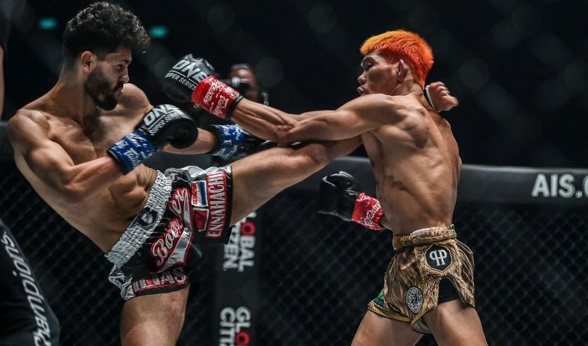 Ilias Ennahachi (links) in actie in Bangkok waar hij voor ruim 40.000 toeschouwers de plaatselijke favoriet versloeg met een knock-out. Foto: One Championship; Tekst: Roberto Cancian