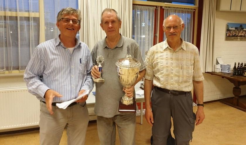 Vlnr. voorzitter Toine van Bergen, winnaar afgelopen seizoen John Klein Douwel en naamgever van het toernooi Ton Wouters die onlangs zijn 50-jarig jubileum als lid van de club vierde.