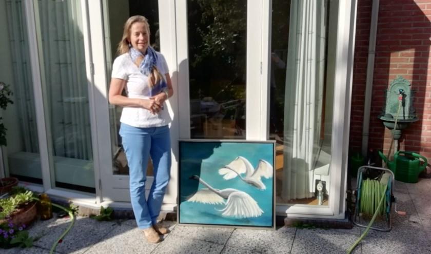 """Janine Spieksma schildert graag met acrylverf. """"Dat droogt snel zodat je meteen weer verder kan."""" FOTO: Marcel Bos"""